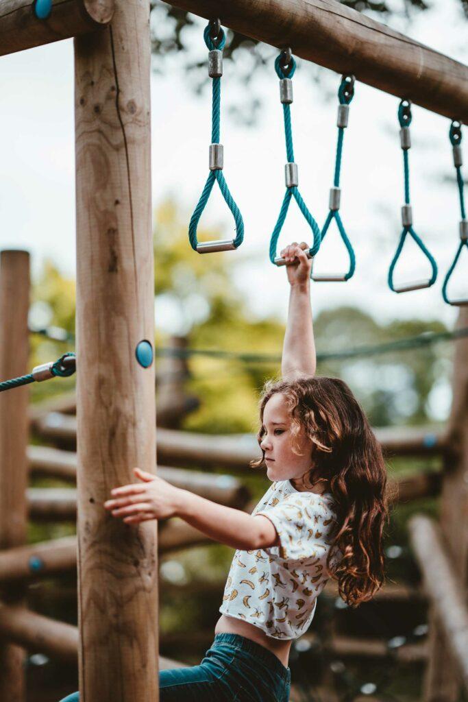 kletterndes Mädchen